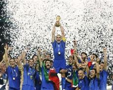 Fabio Cannavaro alza la Copa del Mundo junto con sus compañeros de equipo de Italia 2006